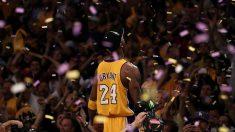 Kobe Bryant, celebrando un anillo (Getty).