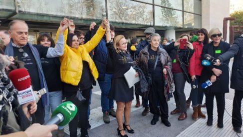 La Asociación de Víctimas del Accidente del Metro a las puertas de la Ciudad de la Justicia de Valencia. Foto EFE