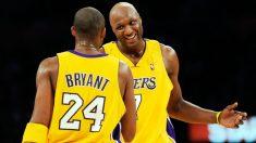 Lamar Odom habla con Kobe Bryant en un partido de los Lakers. (AFP)