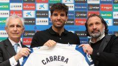 Leandro Cabrera posa con la camiseta del Espanyol. (@RCDEspanyol)