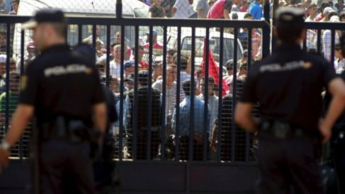 Policías españoles protegiendo la frontera de Melilla.