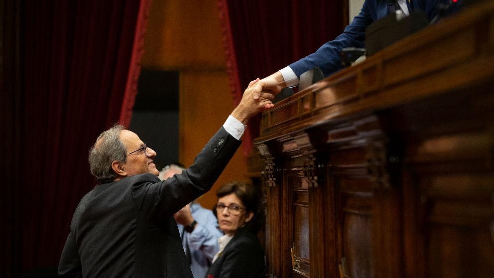 Quim Torra saluda a Roger Torrent durante una sesión del Parlamento de Cataluña. (Ep)