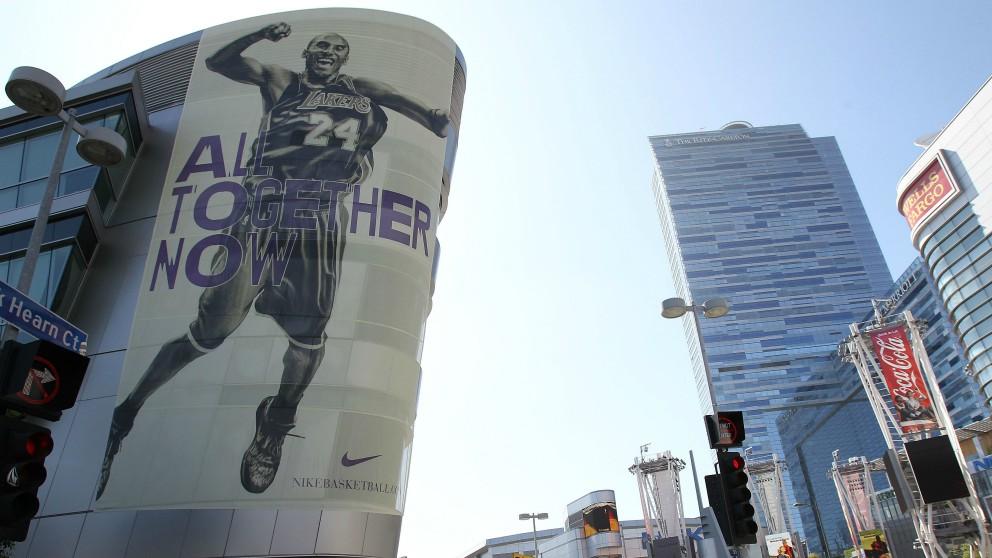 Kobe Bryant, en un cartel publicitario de Nike. (Getty)