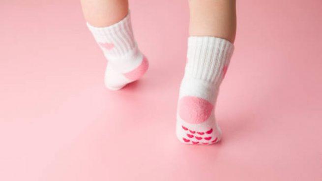 niño camina puntillas