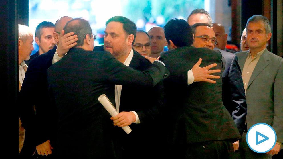 Oriol Junqueras se abraza con Quim Torra en la entrada al Parlament
