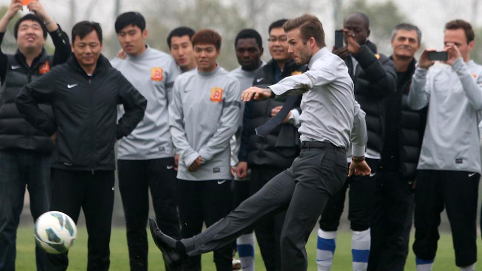 David Beckham con la plantilla del Wuhan Zall en una imagen de archivo (Foto: AFP)