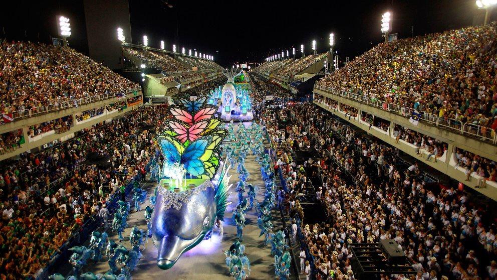 El sambódromo reúne a miles de personas desfilando