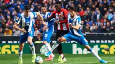 Iñaki Williams, entre dos jugadores del Espanyol. (Getty)