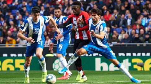 Iñaki Williams, entre dos jugadores del Espanyol. (Getty)
