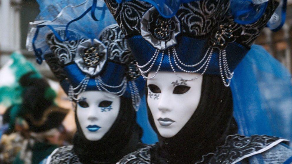Dos personas con los clásicos disfraces del Carnaval de Venecia.