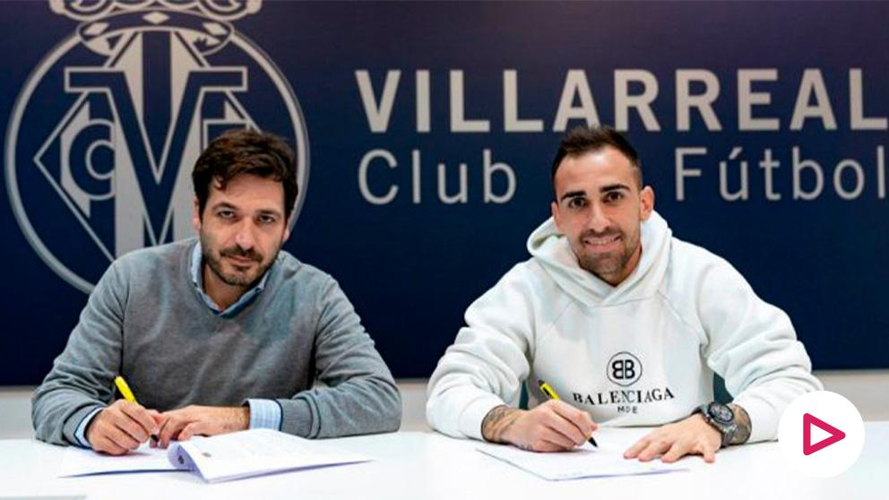 Paco Alcácer firma con el Villarreal. (Villarreal Club de Fútbol)