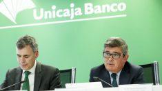 Director General de Finanzas de Unicaja Banco, Pablo González, y el Consejero Delegado de la entidad, Ángel Rodríguez de Gracia