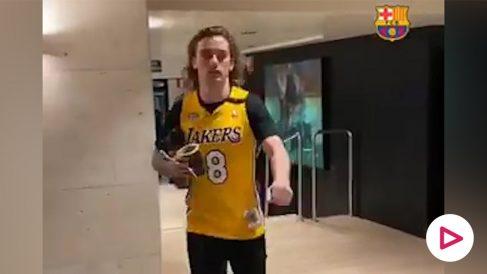 Griezmann llega al Camp Nou con la camiseta de Kobe Bryant