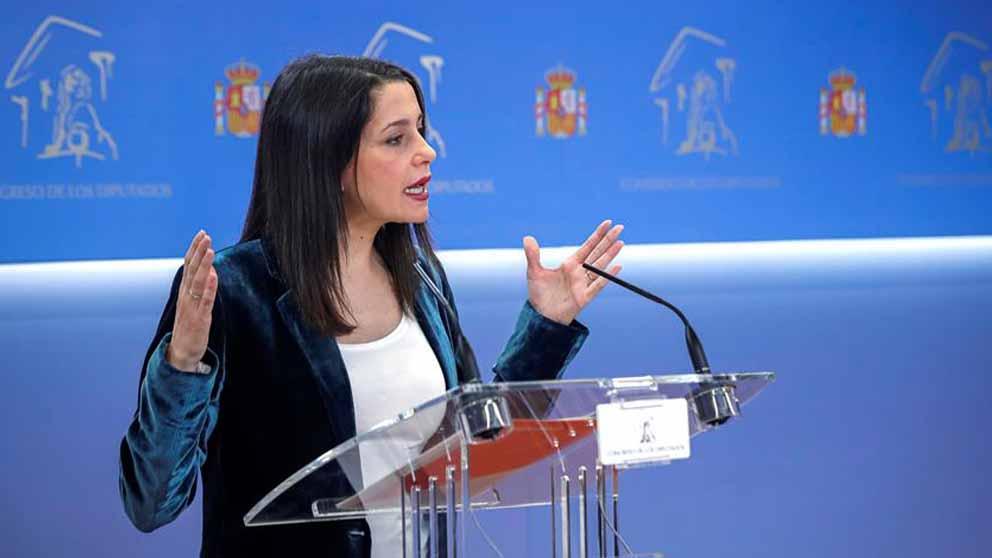 La portavoz de Ciudadanos en el Congreso, Inés Arrimadas, durante la rueda de prensa que ha ofrecido este viernes en el Congreso . Foto: EFE