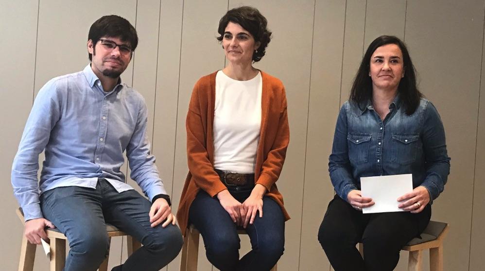 En el centro de la fotografía, Rosa Martínez, candidata de las bases en Podemos Euskadi.