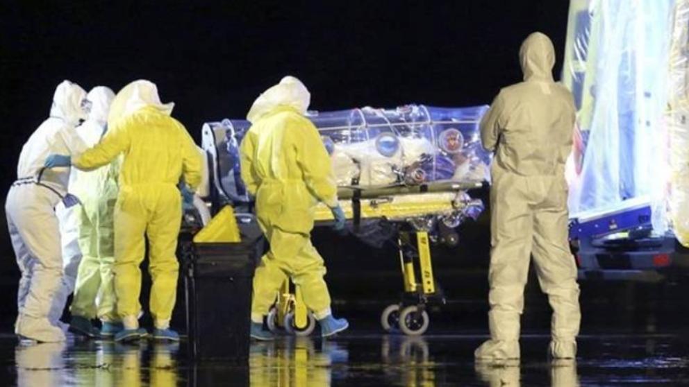 Militares españoles con trajes de protección biológica durante la repatriación del misionero afectado por ébola en 2014.