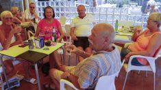 Un grupo de jubilados británicos disfrutan de un tiempo de asueto en el Mediterráneo español, concretamente en la zona alicantina de Orihuela