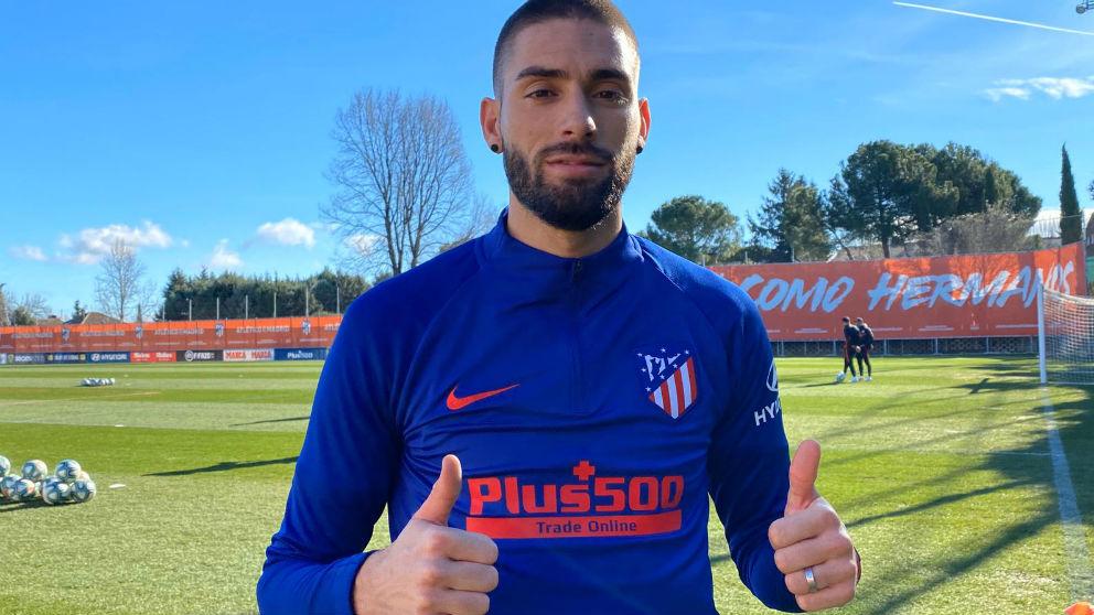Yannick Carrasco posa tras entrenarse con el Atlético. (atleticodemadrid.com)