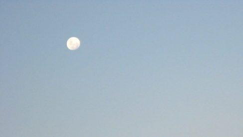 ¿Por qué a veces se ve la luna cuando es de día