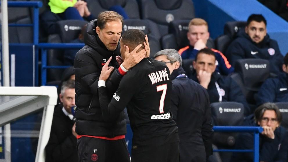 Thomas Tuchel y Kylian Mbappé, discutiendo después de que el alemán cambiase al delantero francés. (AFP)