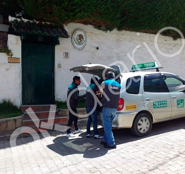 Trabajadores de 'Armus' accediendo a la residencia diplomática de México en La Paz.