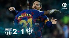 Messi abraza a Ansu Fati tras su doblete.