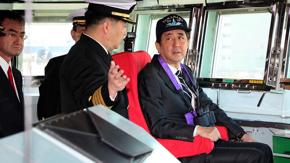 El primer ministro japonés Shinzo Abe a bordo del destructor enviado a Oriente Medio. (Afp)