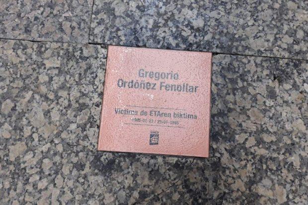 Proetarras atacan la placa de homenaje a Gregorio Ordóñez en San Sebastián
