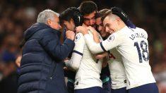 Mourinho celebra uno de los goles del Tottenham con sus jugadores. (Getty)