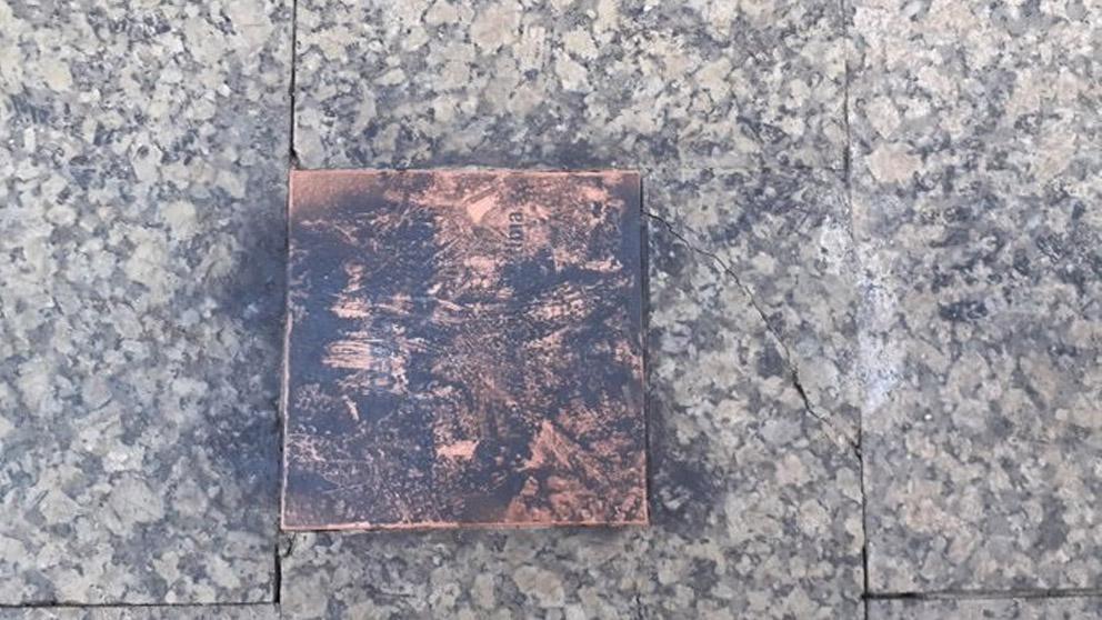 Placa vandalizada de Gregorio Ordóñez en San Sebastián