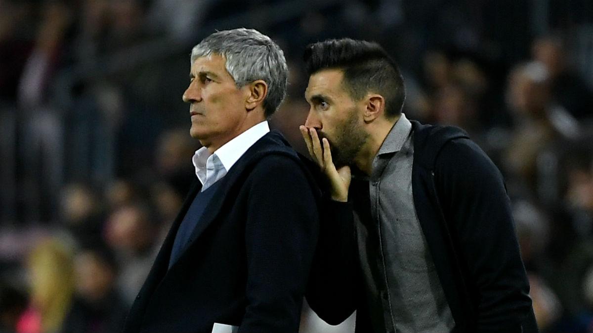Quique Setién y su segundo, Eder Sarabia, durante el Barcelona – Levante.