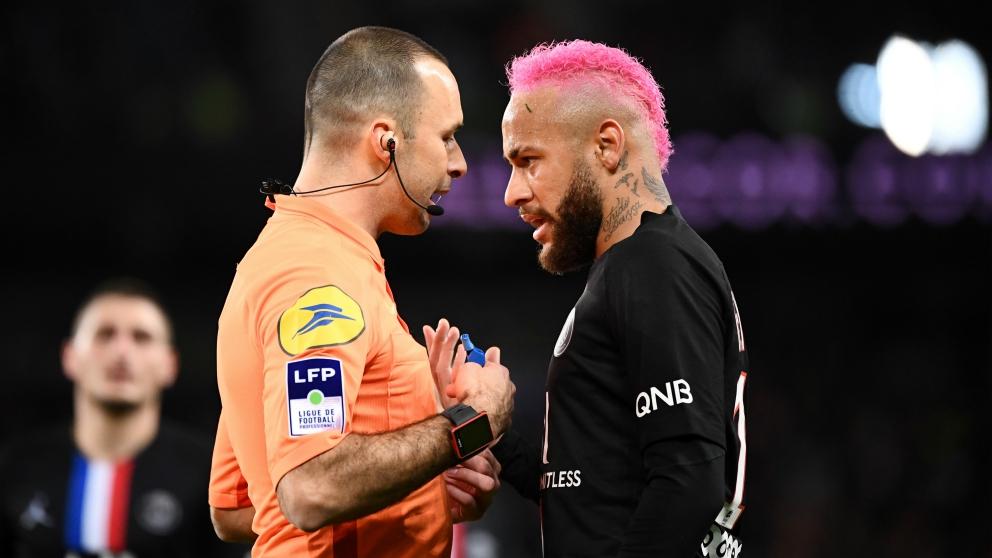 Neymar se encaró con el árbitro del PSG-Montpellier tras amonestarle. (AFP)