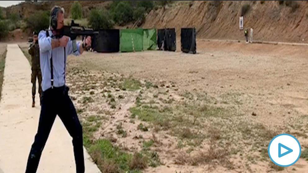 Javier Ortega Smith disparando un fusil de asalto G36 .