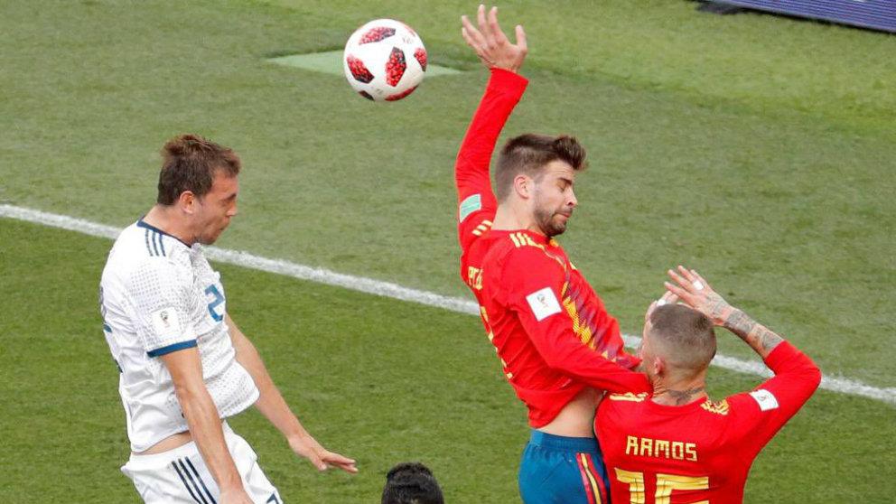Gerard Piqué con España frente a Rusia. (@Es_fczenit)