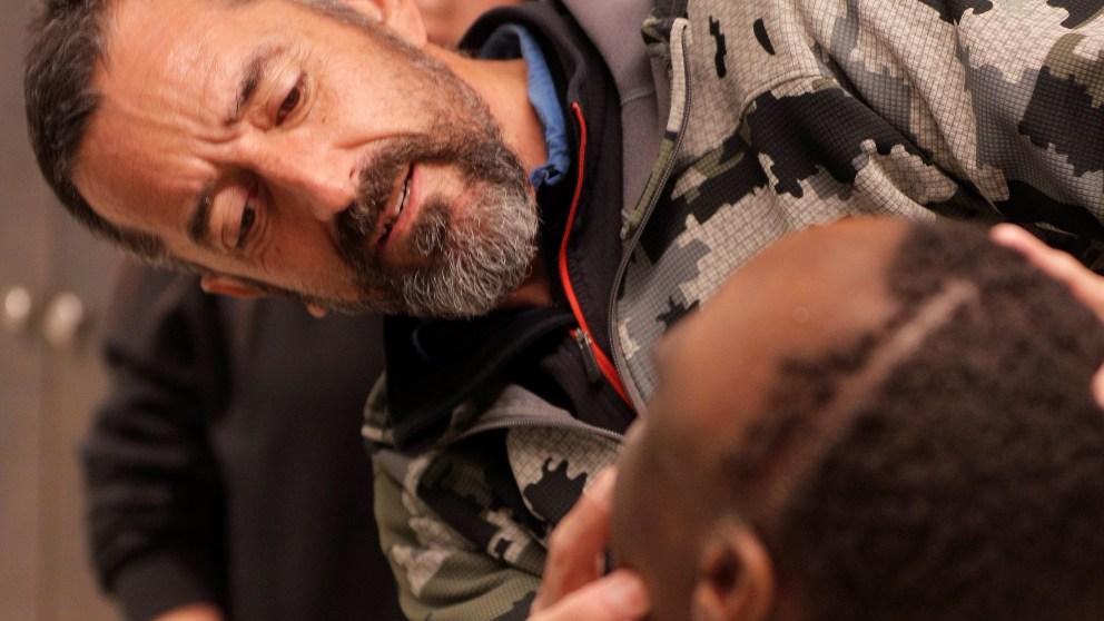 El cirujano Pedro Cavadas observa la cara de Emmanuelle. Foto: EFE