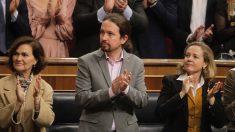 Pablo Iglesias aplaude al Rey. (Foto: Francisco Toledo)