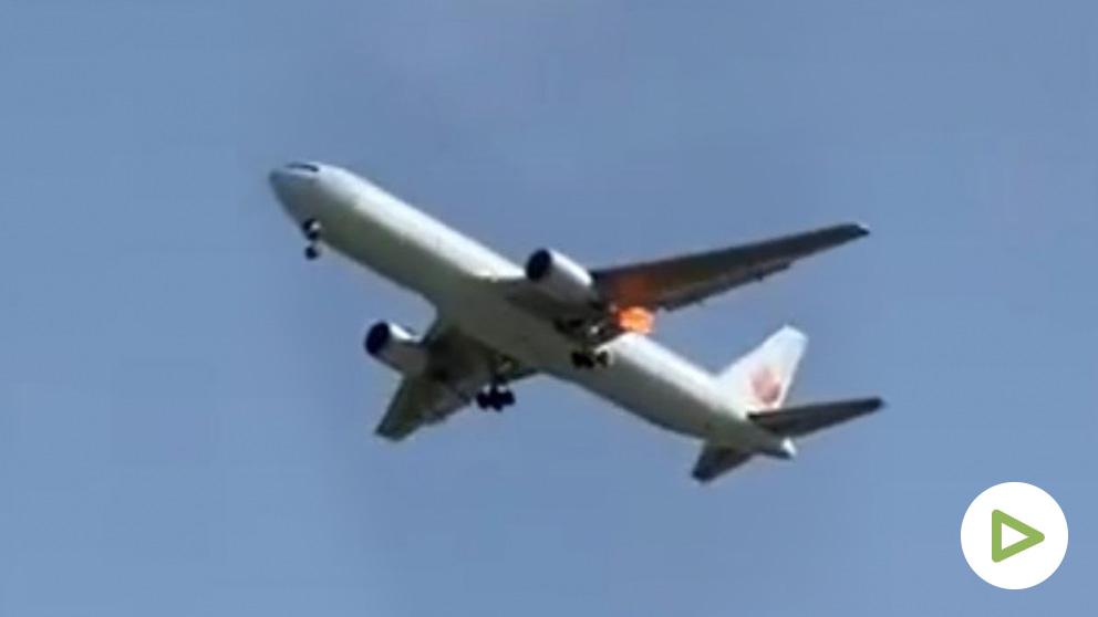 Imagen del avión accidentado con llamaradas en el motor afectado.