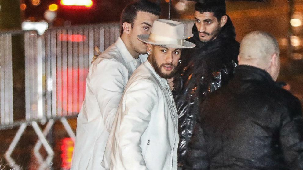 Neymar, entrando a una fiesta. (AFP)