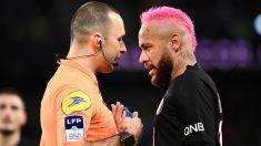 Neymar protesta al árbitro ante el Montpellier. (AFP)