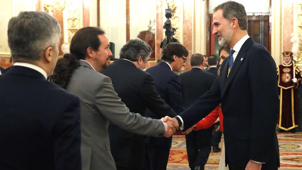 Felipe VI saluda al vicepresidente de Derechos Sociales y Agenda 2030, Pablo Iglesias. (Foto: Efe)