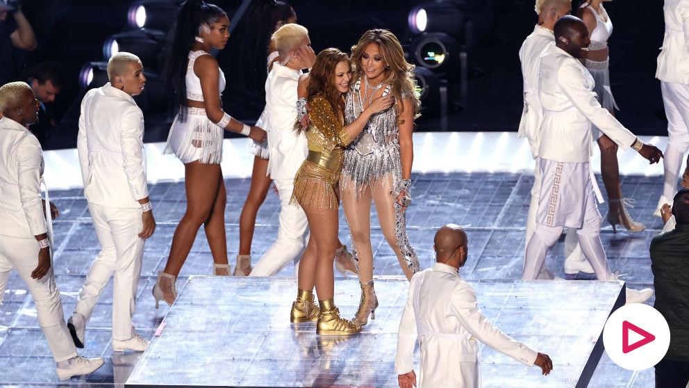 Shakira se abraza con Jennifer López.