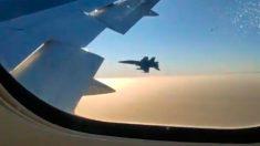 Un F-18 inspecciona el estado del avión de Air Canadá.