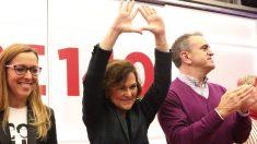 Carmen Calvo con el símbolo feminista. (Foto. PSOE)