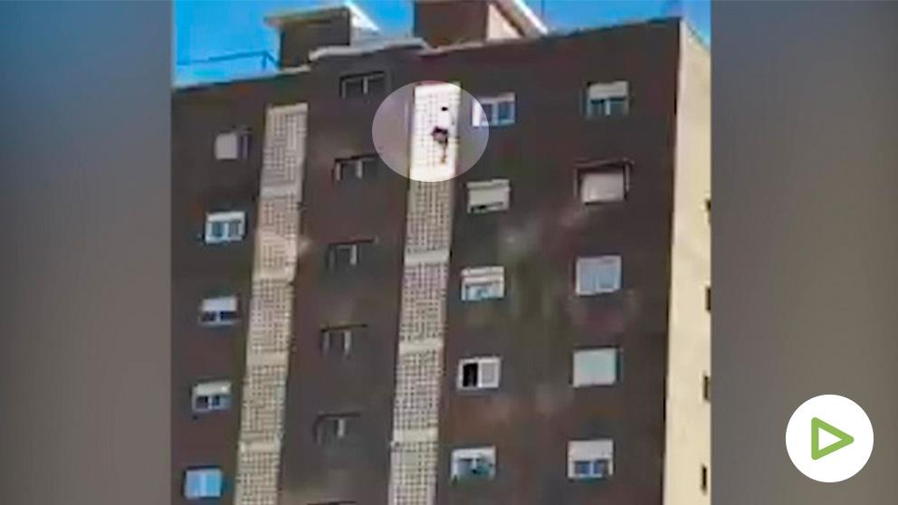 El 'instagramer' escalando la fachada de un piso en Benidorm.