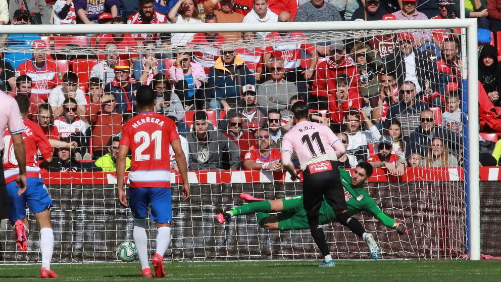 Raúl de Tomás lanza un penalti frente al Granada. (EFE)