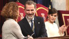 La presidenta del Congreso, Meritxell Batet; el Rey Felipe VI; y la Reina Letizia, en el Congreso de los Diputados. (Foto: Europa Press)