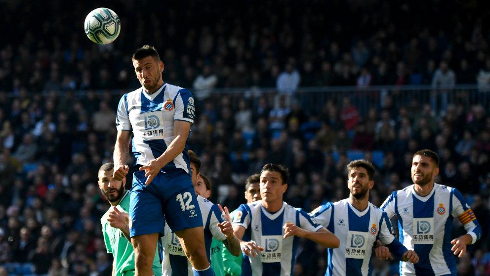 Jonathan Calleri cabecea un balón. (AFP)