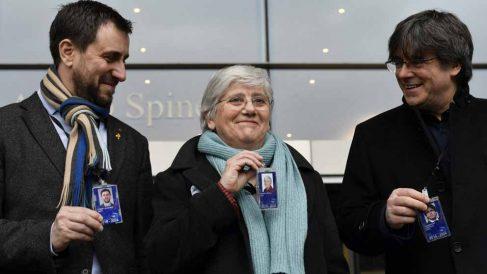La fugada de la Justicia española, Clara Ponsatí, recoge su acreditación como eurodiputada. En la foto junto a los también fugados Carles Puigdemont y Toni Comín. Foto: AFP