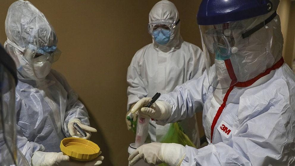Técnicos de laboratorio manejan muestras de coronavirus (Afp)