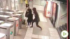 Momento en el que un ladrón intenta robar el bolso a un mujer en el Metro de Barcelona.